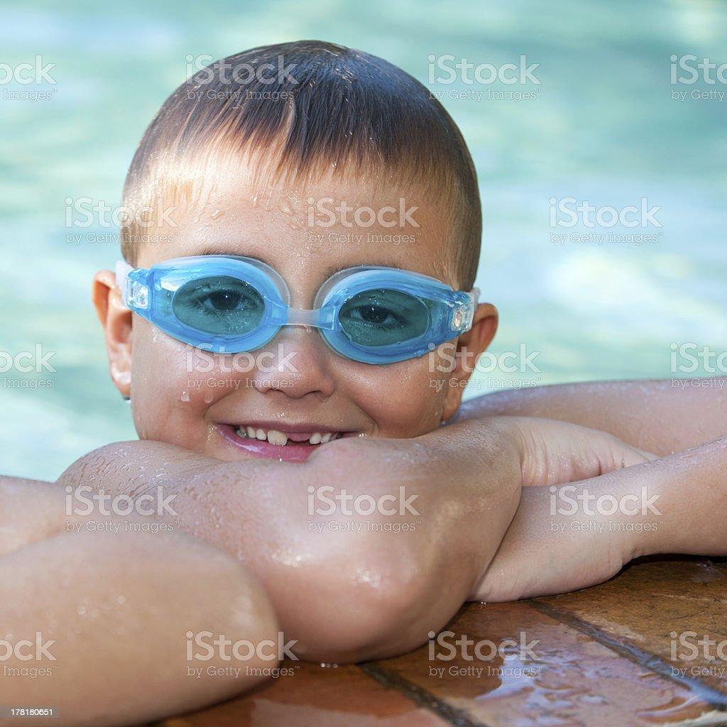 Portrait de mignon petit garçon avec des lunettes de natation. photo libre de droits