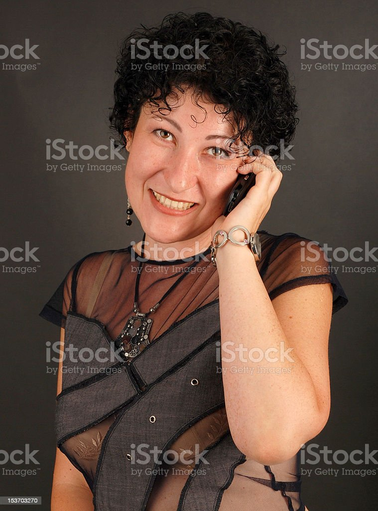 Portrait de jeune fille aux cheveux sombre parler sur le téléphone photo libre de droits
