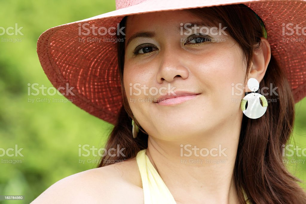 Porträt von Mädchen in Rosa bonnet gegen green Gras Lizenzfreies stock-foto