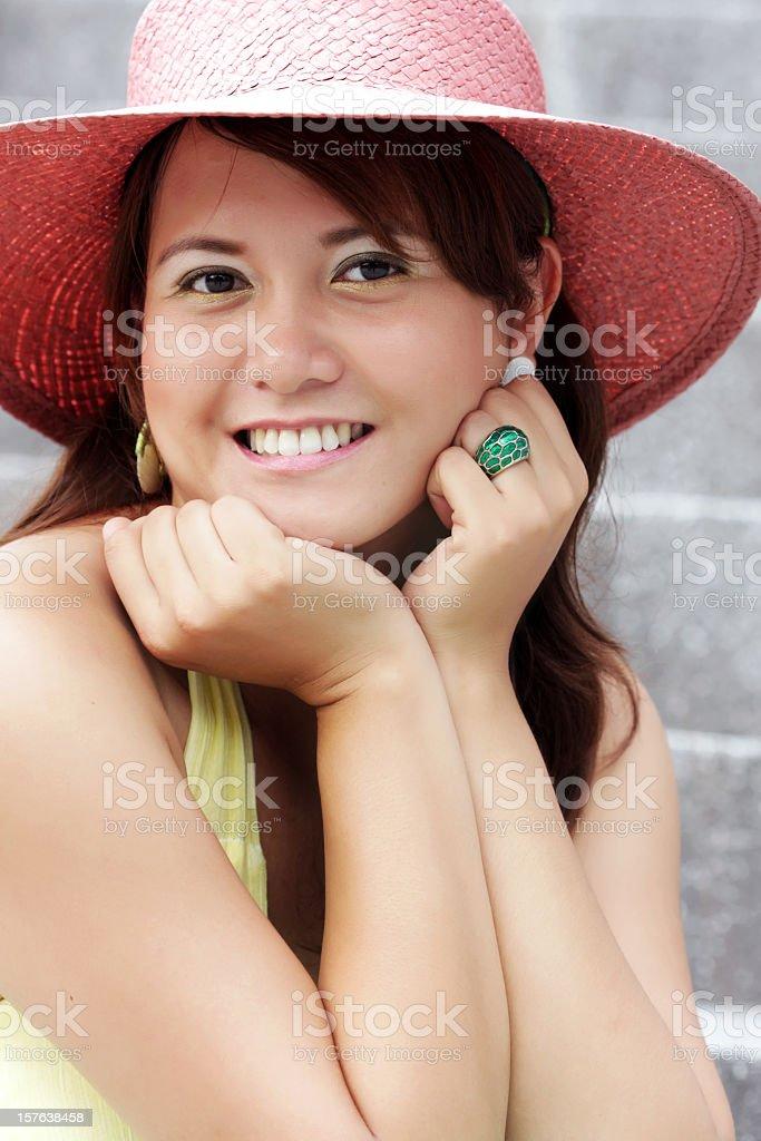 Porträt von Mädchen in Rosa bonnet gegen Treppe Lizenzfreies stock-foto