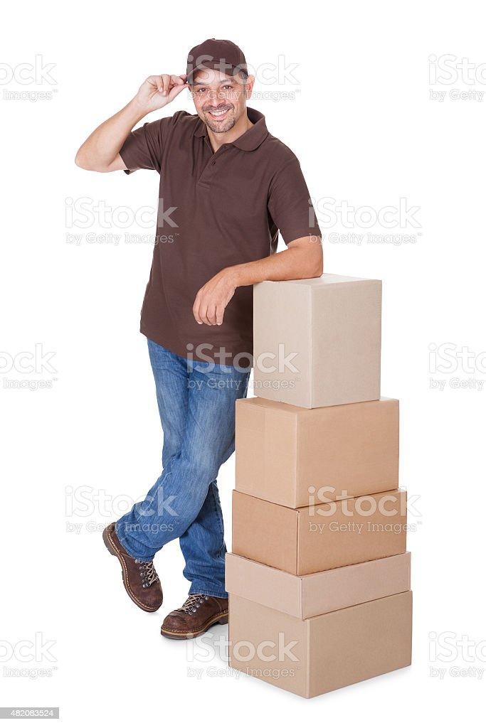 Retrato de hombre feliz de entrega - foto de stock