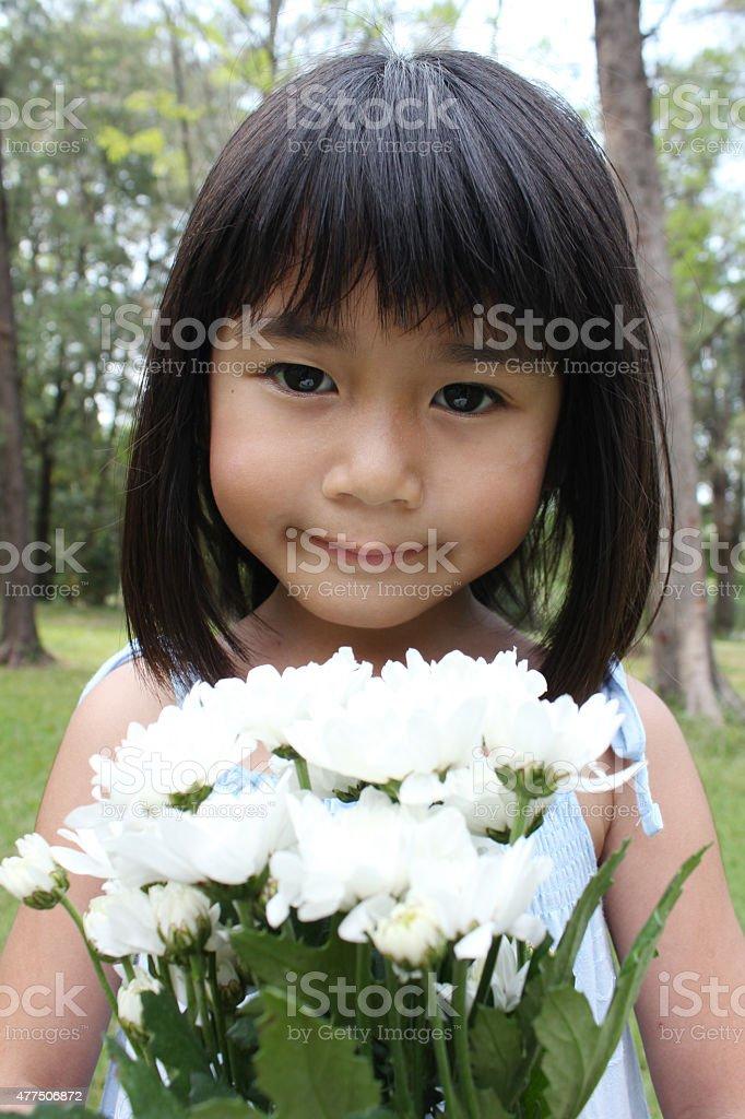 Porträt von kleinen Mädchen mit Blumen Lizenzfreies stock-foto