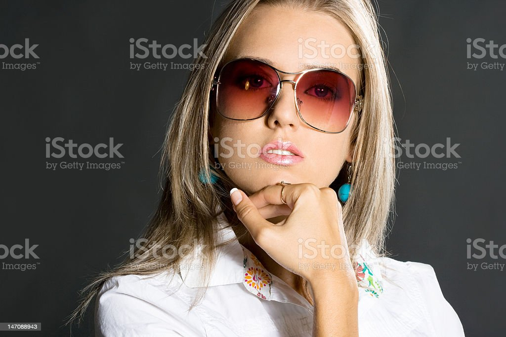 Retrato de Mulher bonita em fundo preto foto de stock royalty-free
