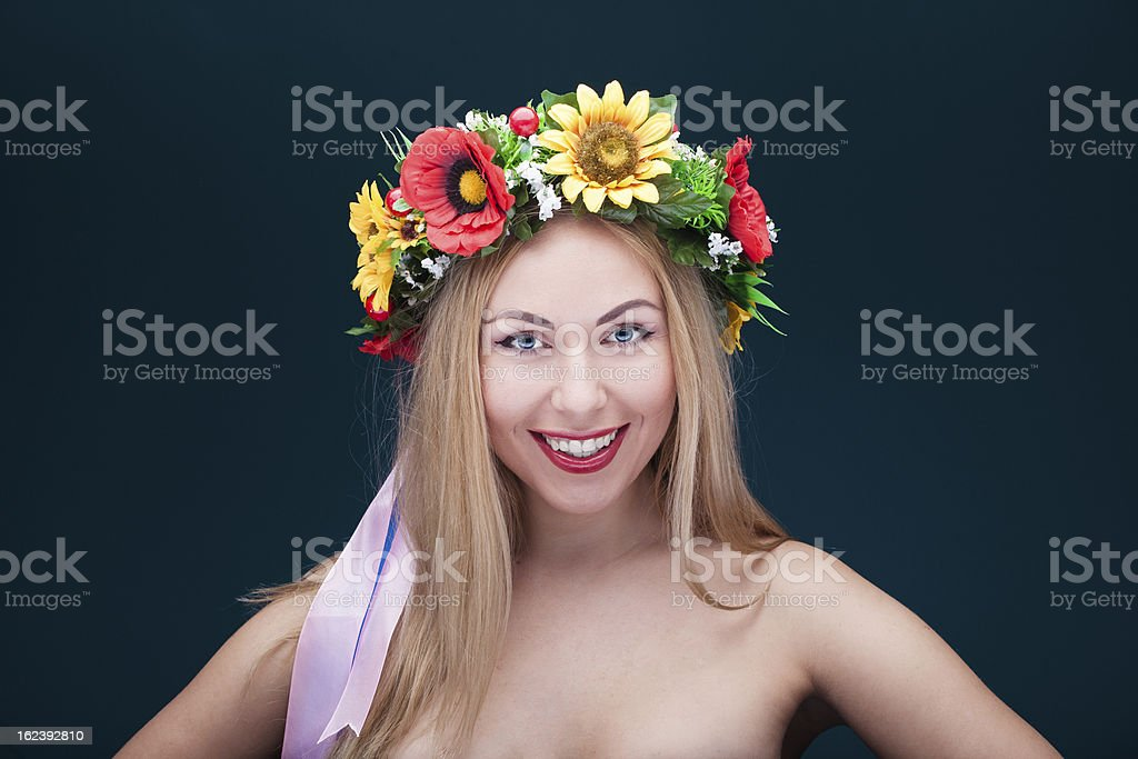 Porträt eines lächelnden Frau mit chaplet auf Ihrem Kopf Lizenzfreies stock-foto