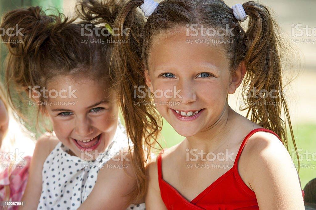 Portrait de deux ponytailed filles. photo libre de droits