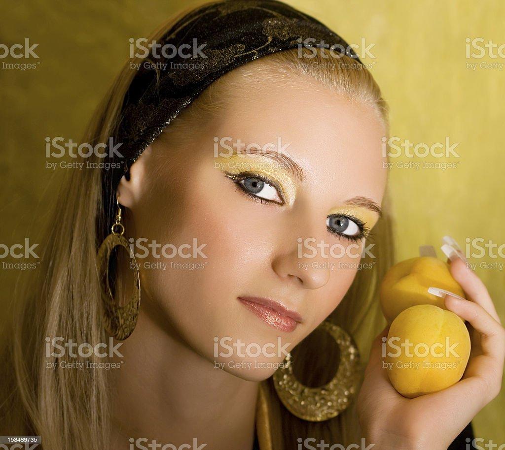 Retrato de jovem bonito Menina de loiro com Damasco foto de stock royalty-free