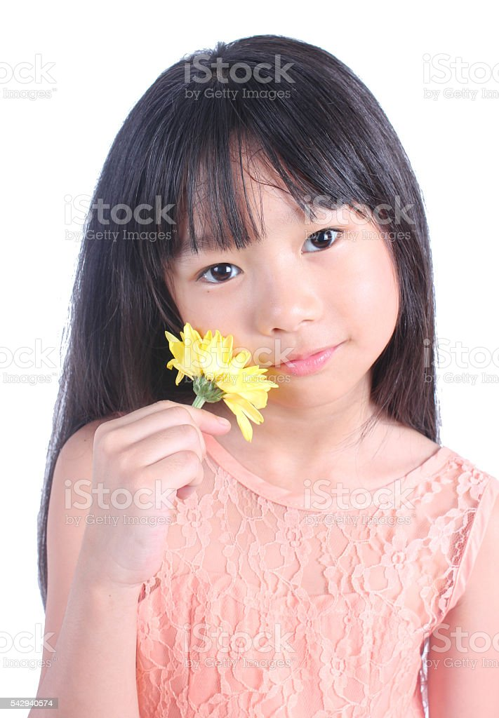 Porträt von Junge hübsche Mädchen mit gelbe Blume Lizenzfreies stock-foto