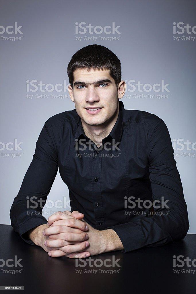 Retrato de joven sonriente foto de stock libre de derechos