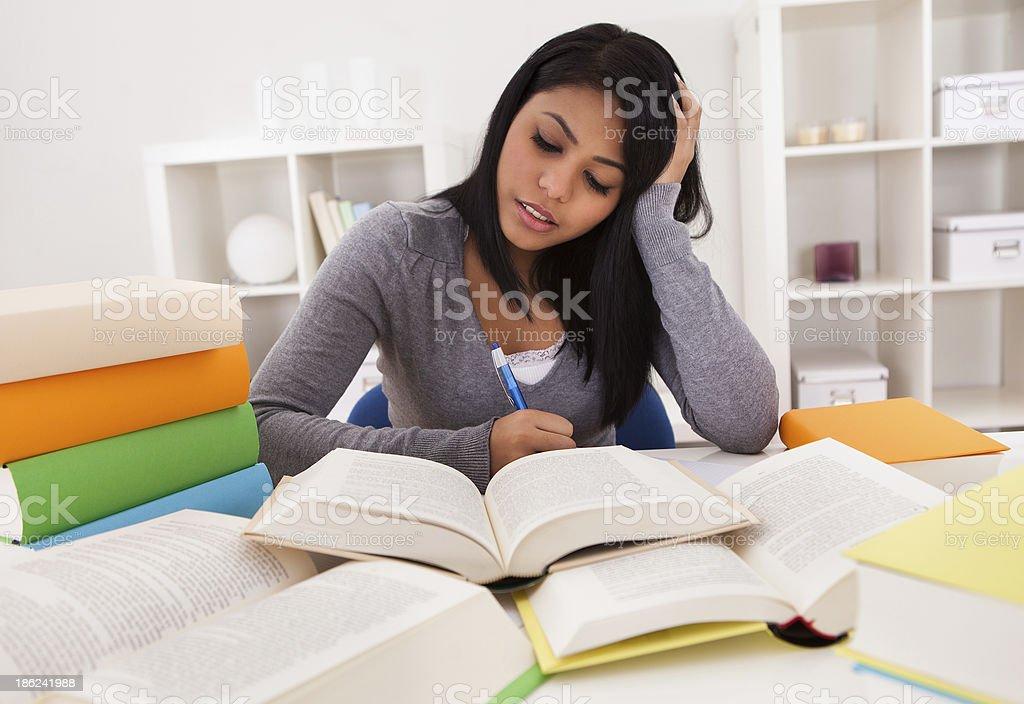 Retrato de mujer joven estudiar - foto de stock