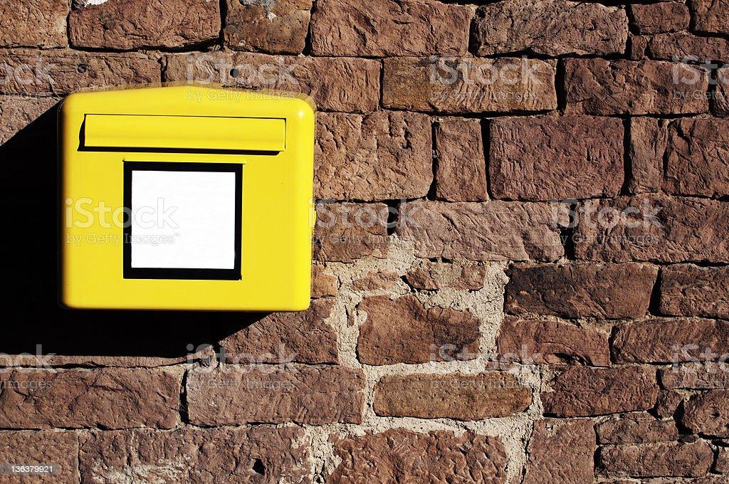 Post Box sur un mur photo libre de droits