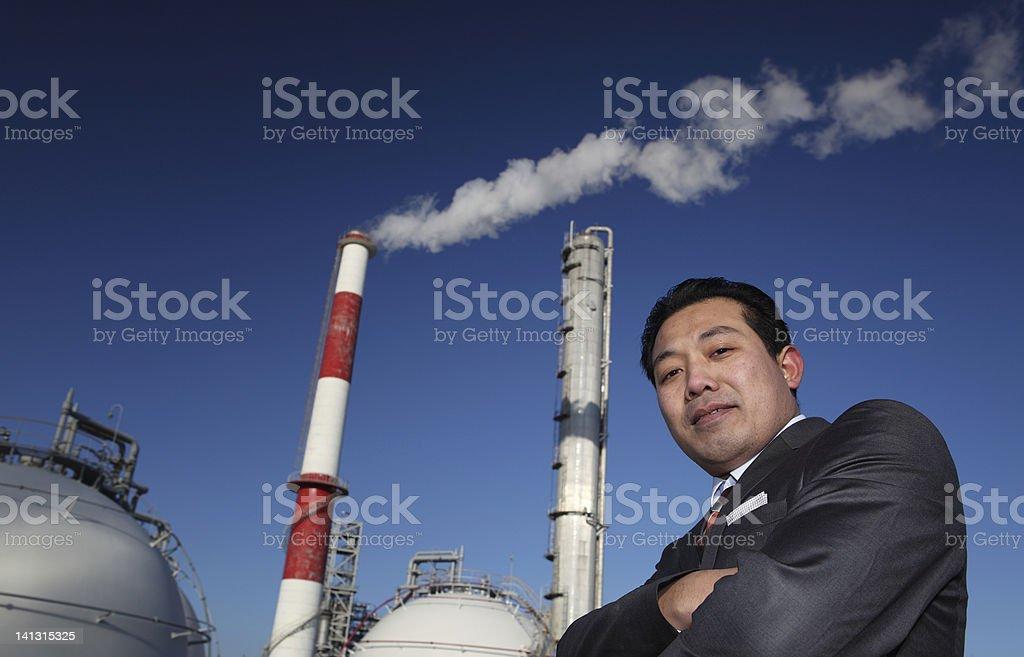 potret Geschäftsmann mit Chemiefabrik Hintergrund Lizenzfreies stock-foto
