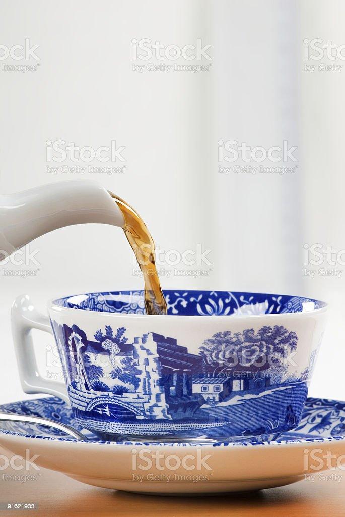Наливать чашкой чая Стоковые фото Стоковая фотография