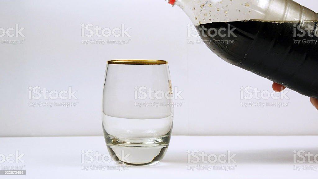 El vertido refresco de botella en vidrio foto de stock libre de derechos