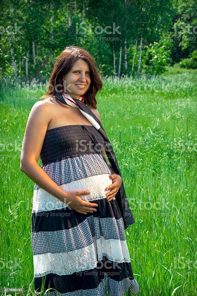 Embarazada chica en la naturaleza foto de stock libre de derechos
