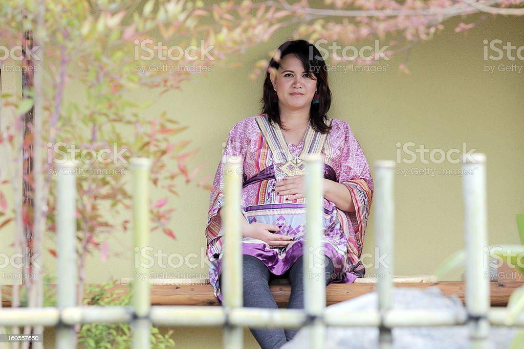 Schwangere Frau in den japanischen Garten Lizenzfreies stock-foto