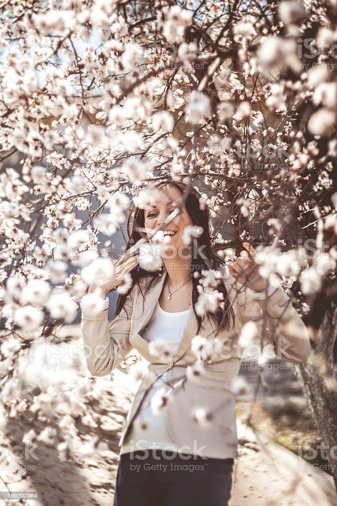 Schwangere Frau in der blühenden Zweigen Lizenzfreies stock-foto
