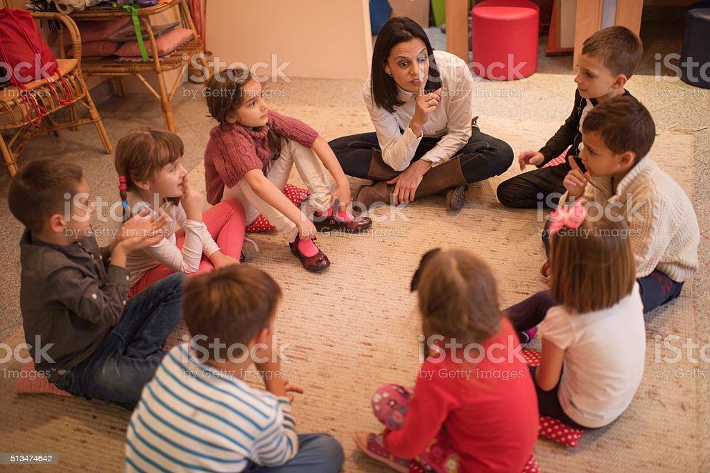 escuela preescolar maestro jugando juegos para nios en los jardines de infancia jugando con pequeo