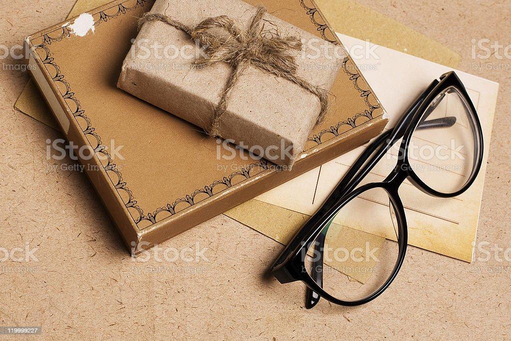 Presente regalo de papel de grunge con gafas foto de stock libre de derechos