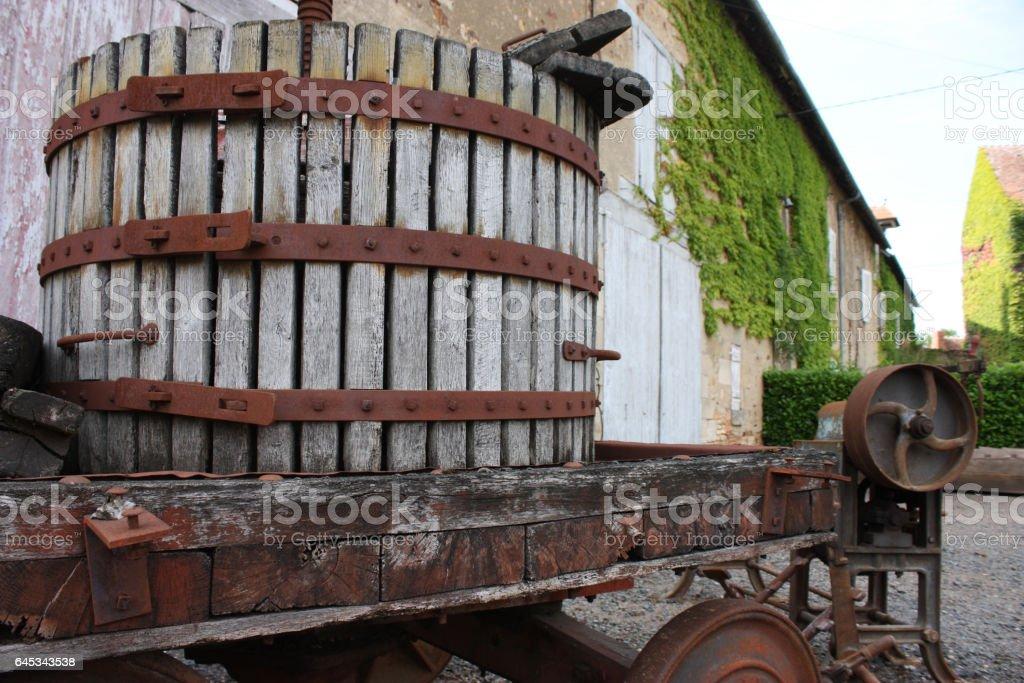 Pressoir ancien à fruits - Pommes - Raisins stock photo