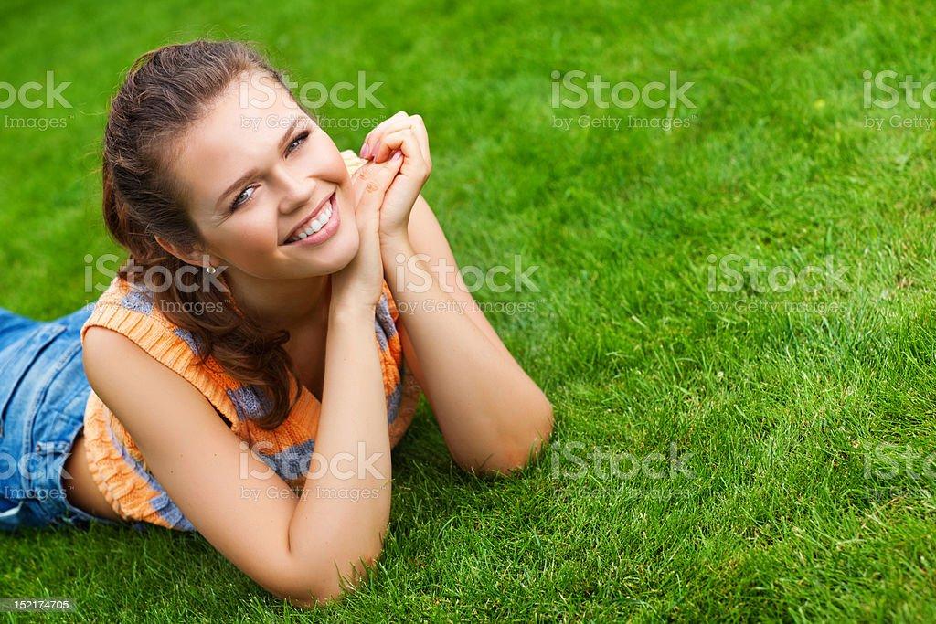 Jolie fille sur de l'herbe photo libre de droits