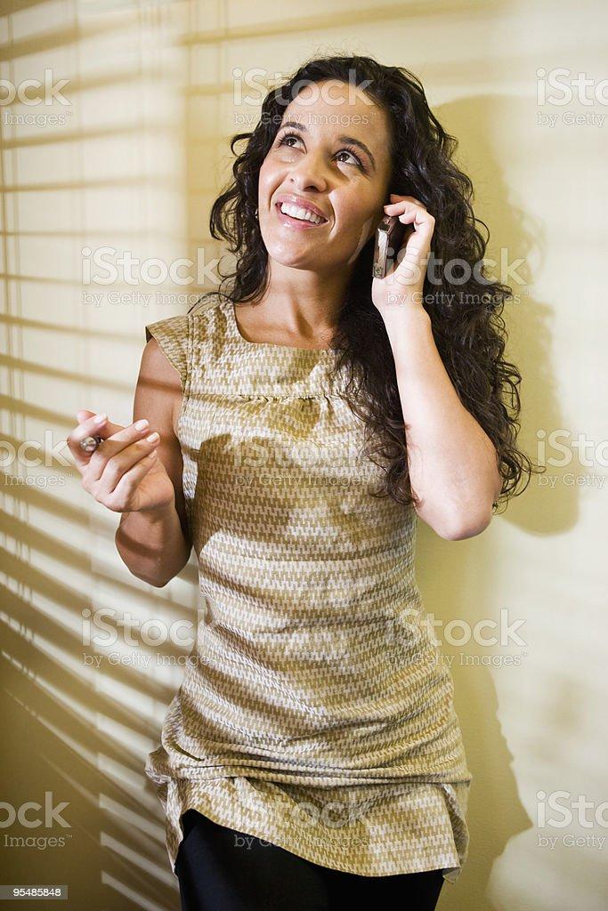 Hermosa mujer hispana hablando por un teléfono móvil foto de stock libre de derechos