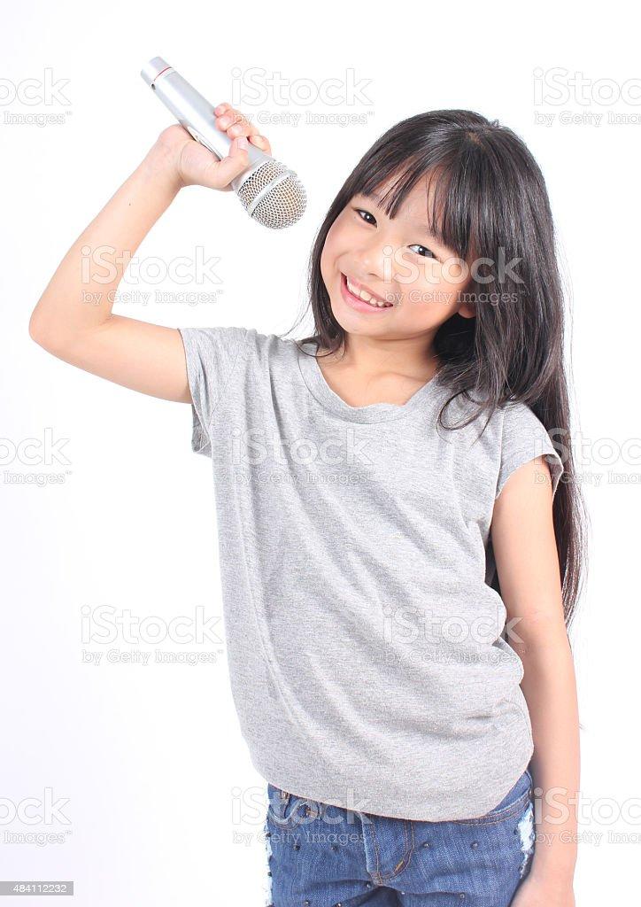 Hübsches kleines Mädchen mit Mikrofon in der hand Lizenzfreies stock-foto