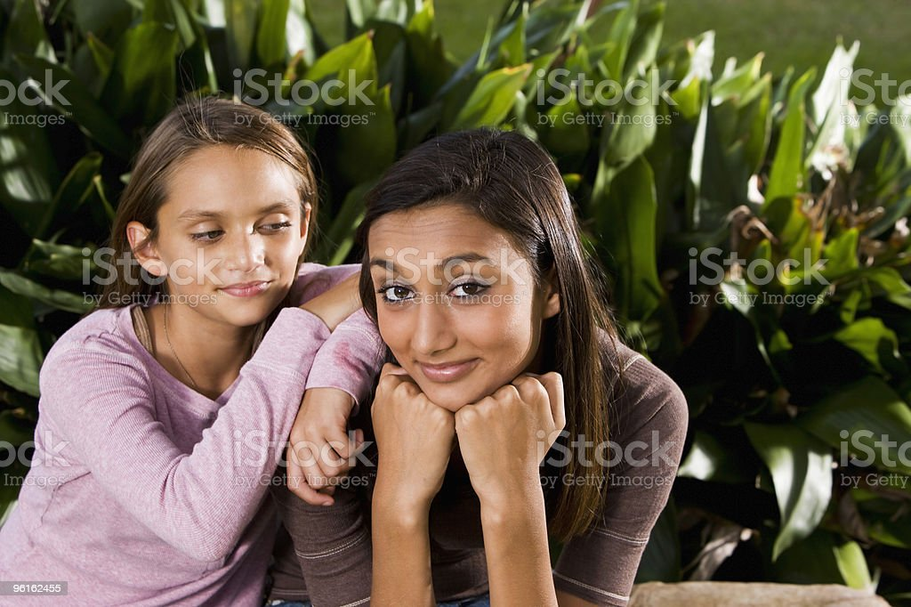 Pretty mezclada raza indio joven adolescente con hermana foto de stock libre de derechos