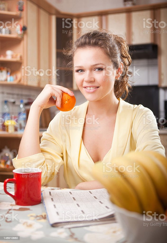 Jolie femme dans la cuisine photo libre de droits