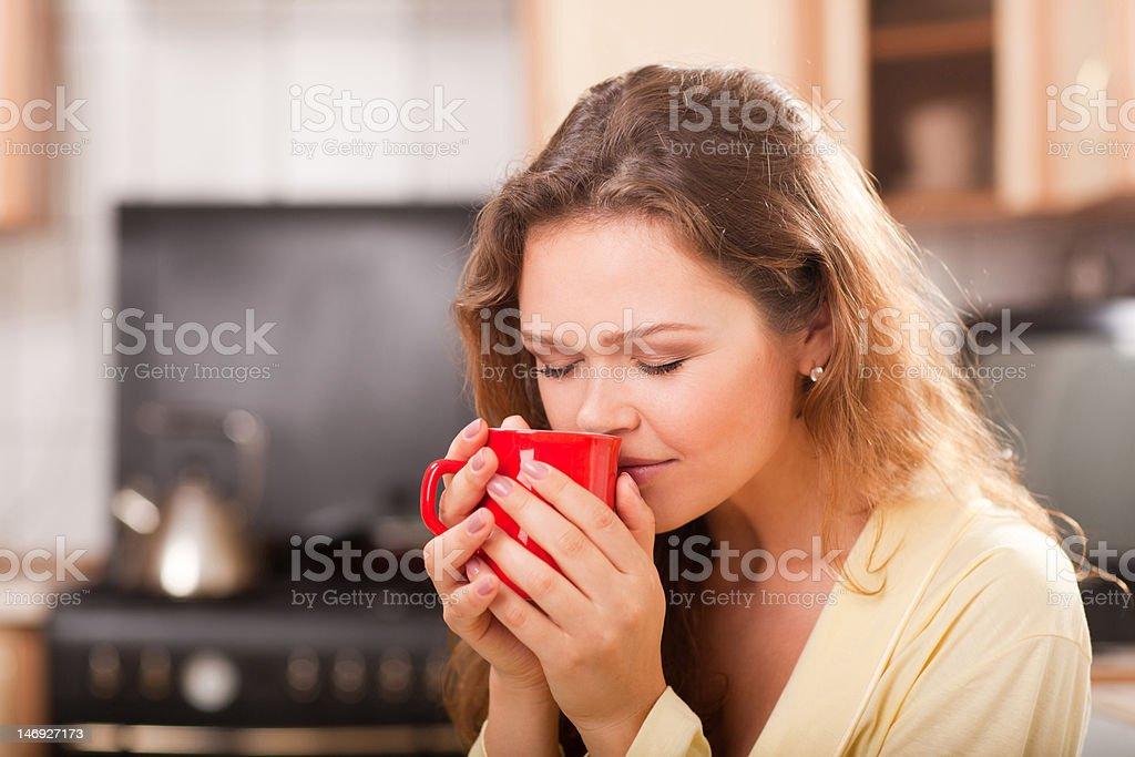 Jolie femme avec une tasse de thé photo libre de droits