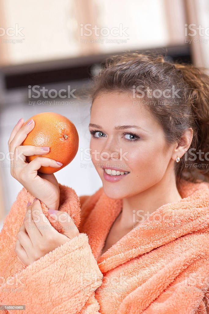 Jolie femme avec orange photo libre de droits