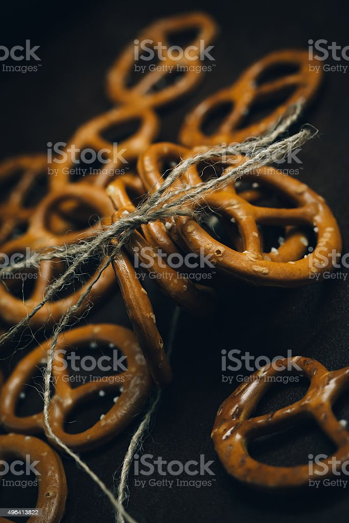 Pretzels com sal marinho close-up sobre fundo escuro bordo foto royalty-free