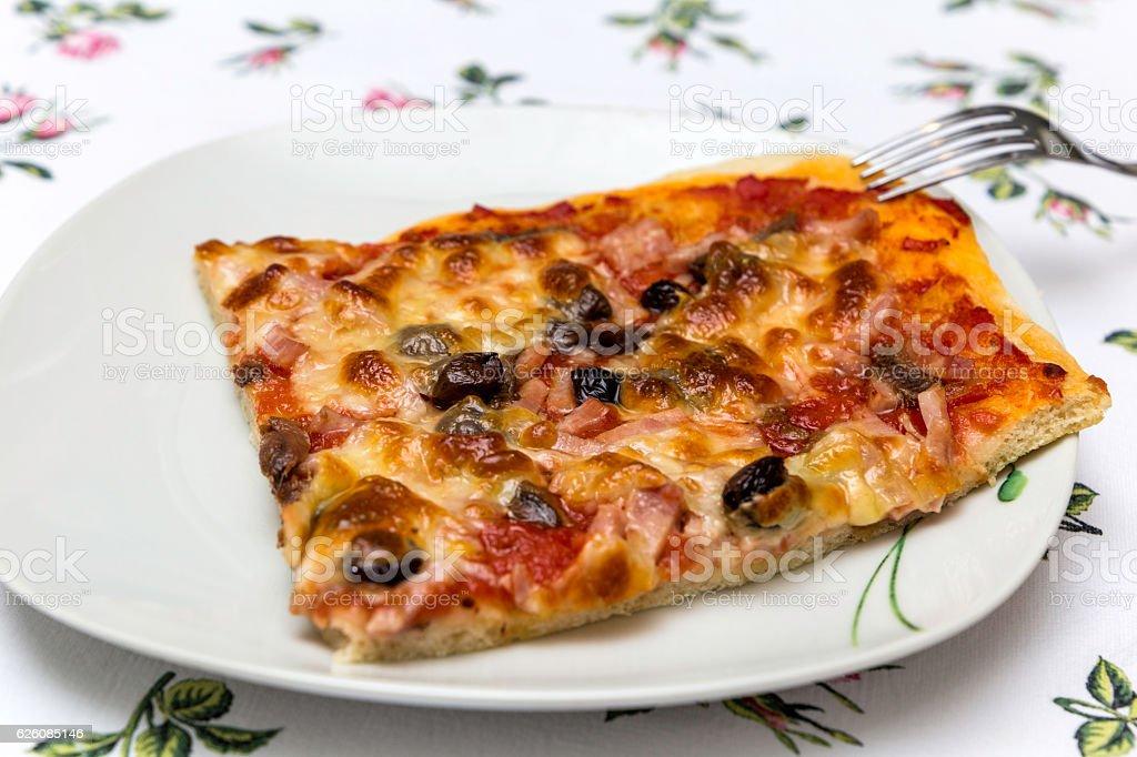 primo piano di porzione di pizza sopra un piatto stock photo