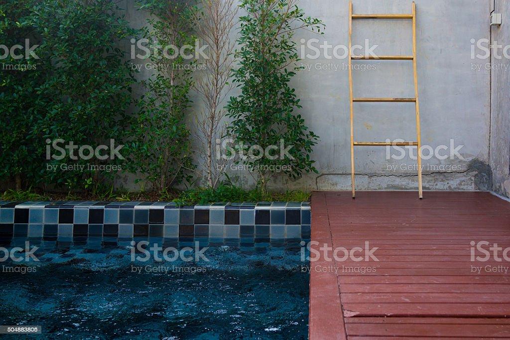 Piscine privée dans le jardin photo libre de droits