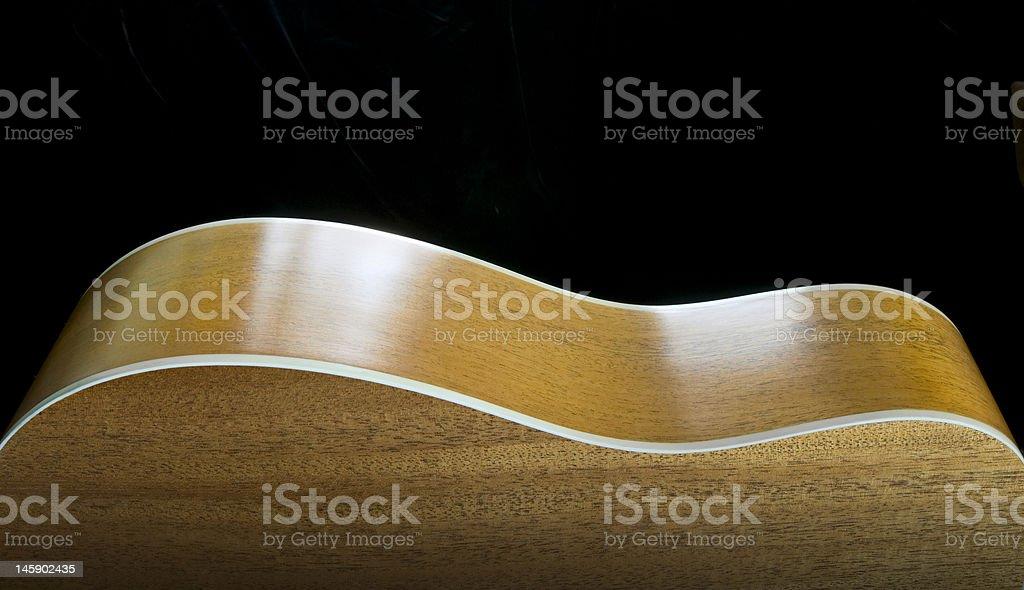 Profil d'une guitare acoustique sur noir photo libre de droits