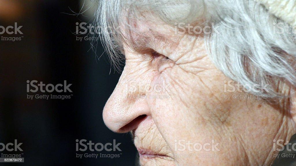 Perfil de edad mujer hablando. Primer plano foto de stock libre de derechos