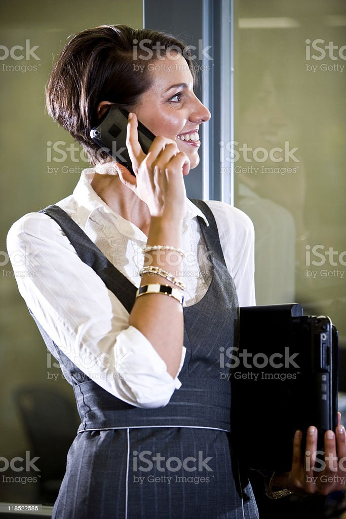 Perfil de mujer sosteniendo el teléfono móvil para computadora portátil foto de stock libre de derechos