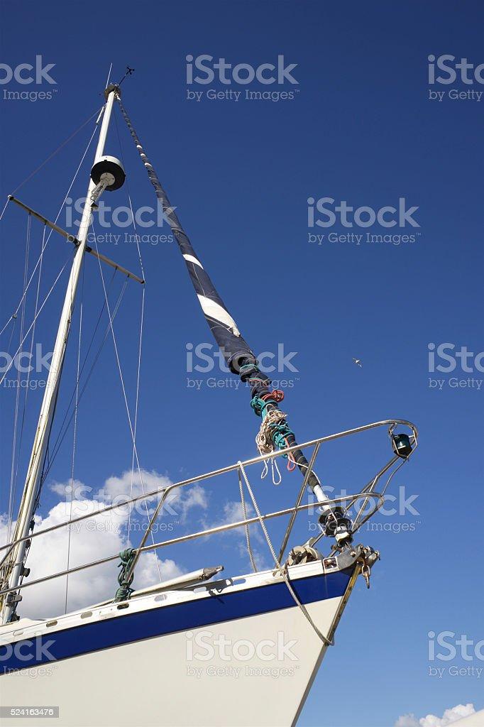 Proue de voilier sur ciel bleu stock photo