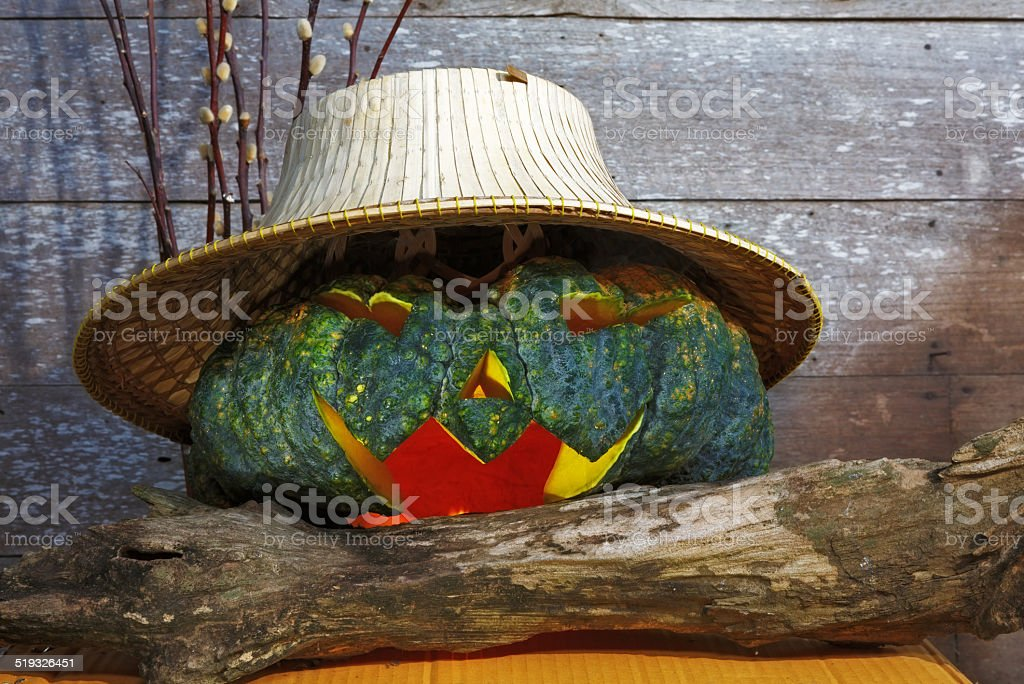 Kürbisse mit Strohhut auf hölzernen Hintergrund Lizenzfreies stock-foto