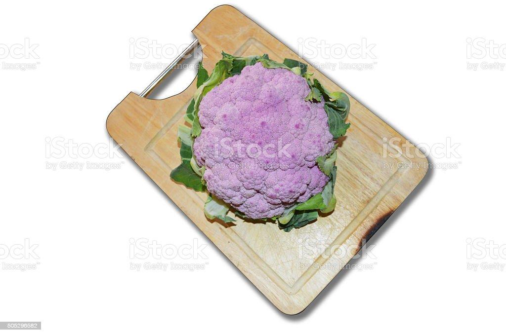 Púrpura coliflor en madera picar de planchar foto de stock libre de derechos