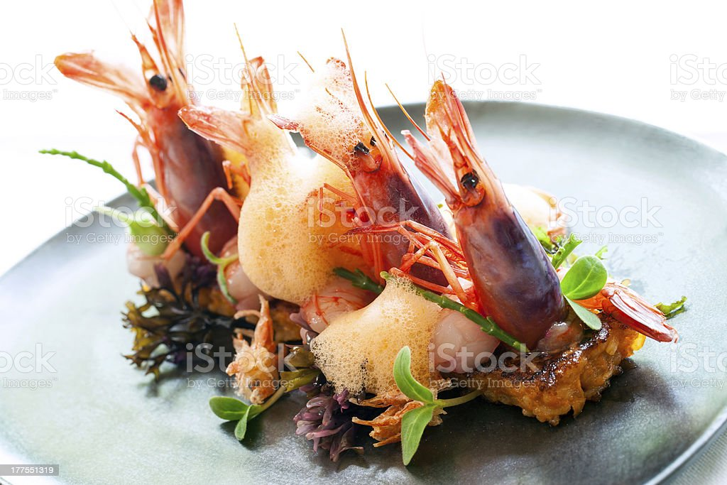 Grands les crevettes avec du riz, la paella. photo libre de droits