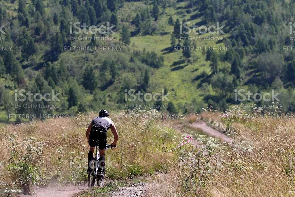 레이서 산악 자전거로 산 메트로폴리스 royalty-free 스톡 사진