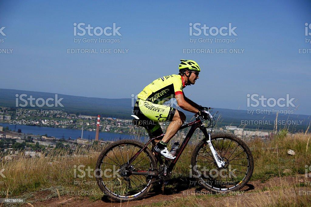레이서 산악 자전거 바위를 배경으로 스카이 royalty-free 스톡 사진