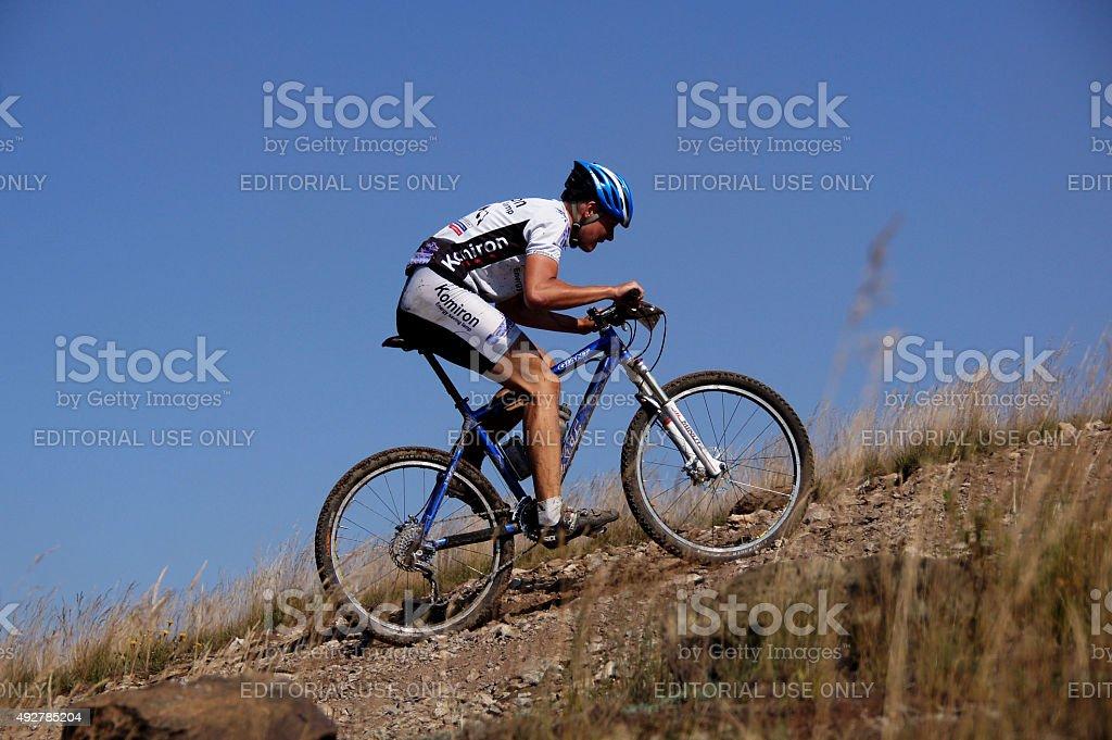 레이서 산악 자전거 바위를 배경으로 하늘을 royalty-free 스톡 사진