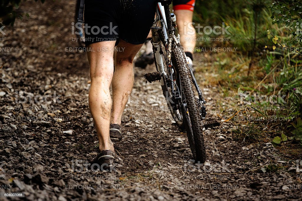 racer mountainbiker walks mountain next to bike royalty-free 스톡 사진