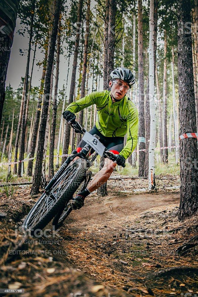 레이서 따라 산악 자전거 타기 따라 유턴 royalty-free 스톡 사진
