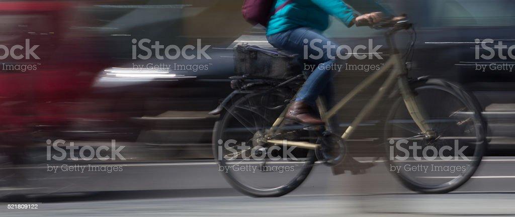 Radfahrer in Bewegungsunschärfe im Straßenverkehr stock photo