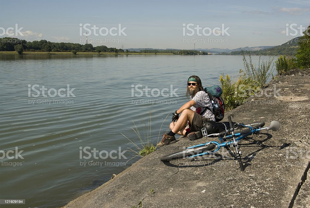 Radfahrer rastet am Donauradweg stock photo