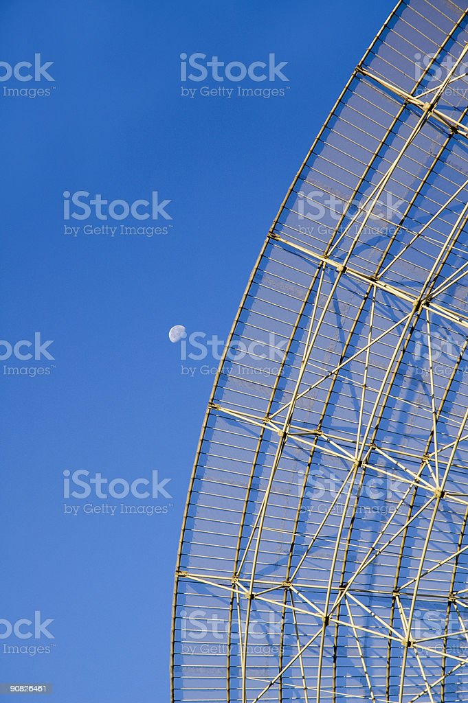 Radio telescopio e luna foto stock royalty-free