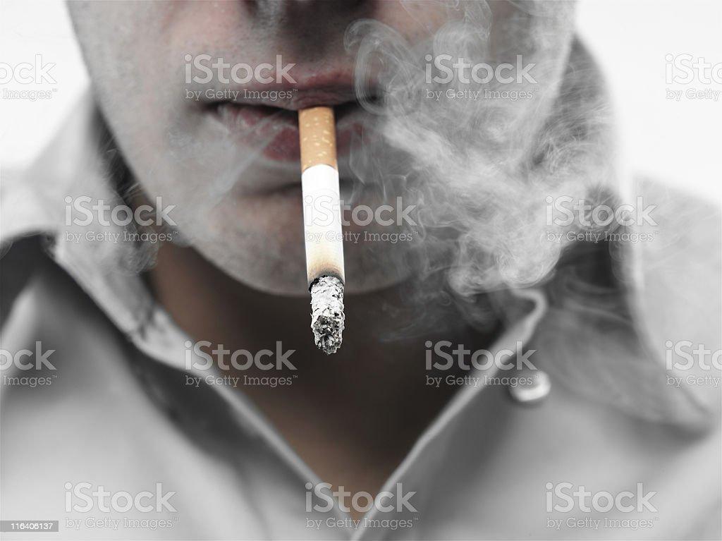 ragazzo che fuma una sigaretta stock photo