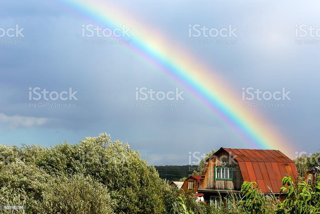Arco-íris no fundo do céu nublado foto de stock royalty-free